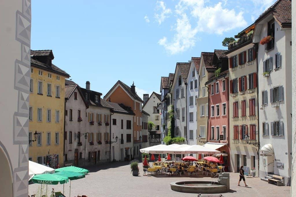 Malerische Altstadt von Chur mit Schloss, Rätischem Museum, Kathedrale, Parks und vielen Kirchen