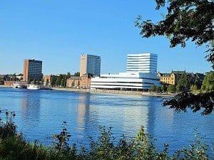 Die vom Südufer des breiten Flusses Umeälv zu sehende Stadtsilhouette.