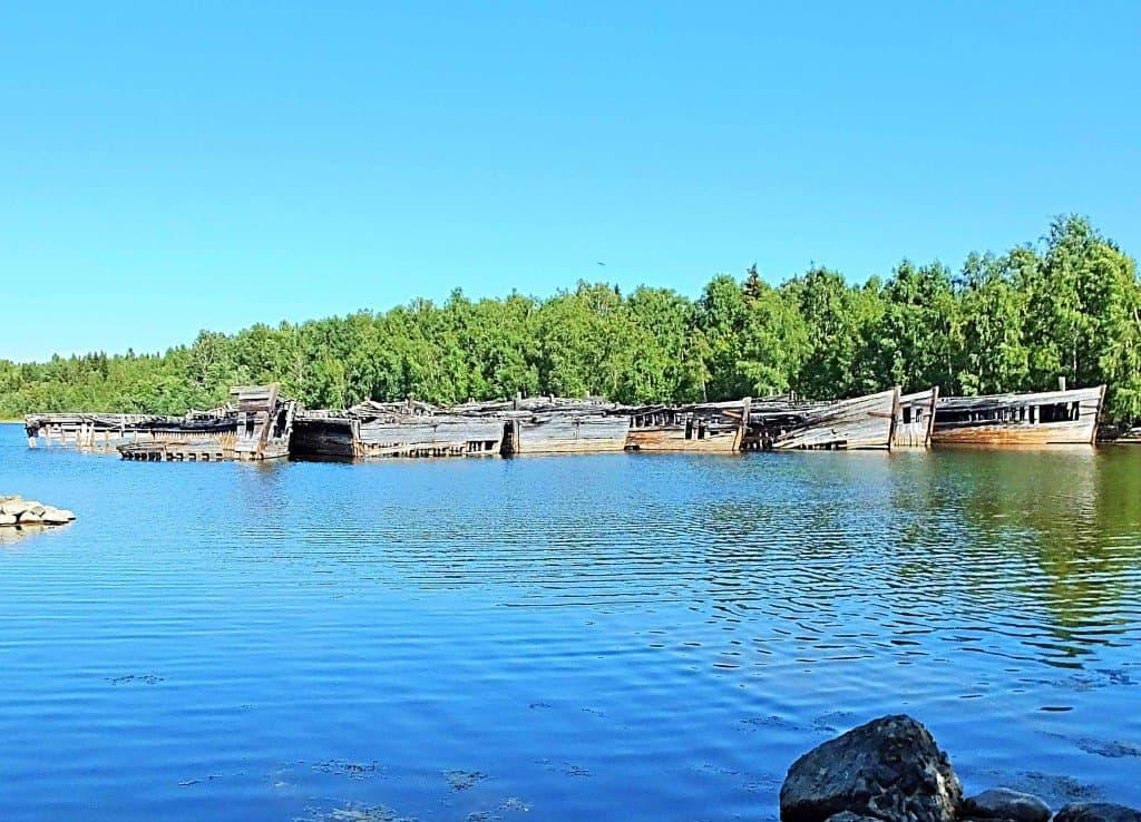 Der ein wenig geisterhaft wirkende Schiffsfriedhof auf Norrbyskären mit etwa 20 seit Jahrzehnten vor sich hin rottenden Wracks