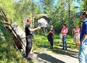 Der selbst aus einer Sami-Familie stammende junge Guide Ante Grundström (links) erläutert im Freilichtmuseum Gammlia die Lebensweise der nordskandinavischen Urbevölkerung.