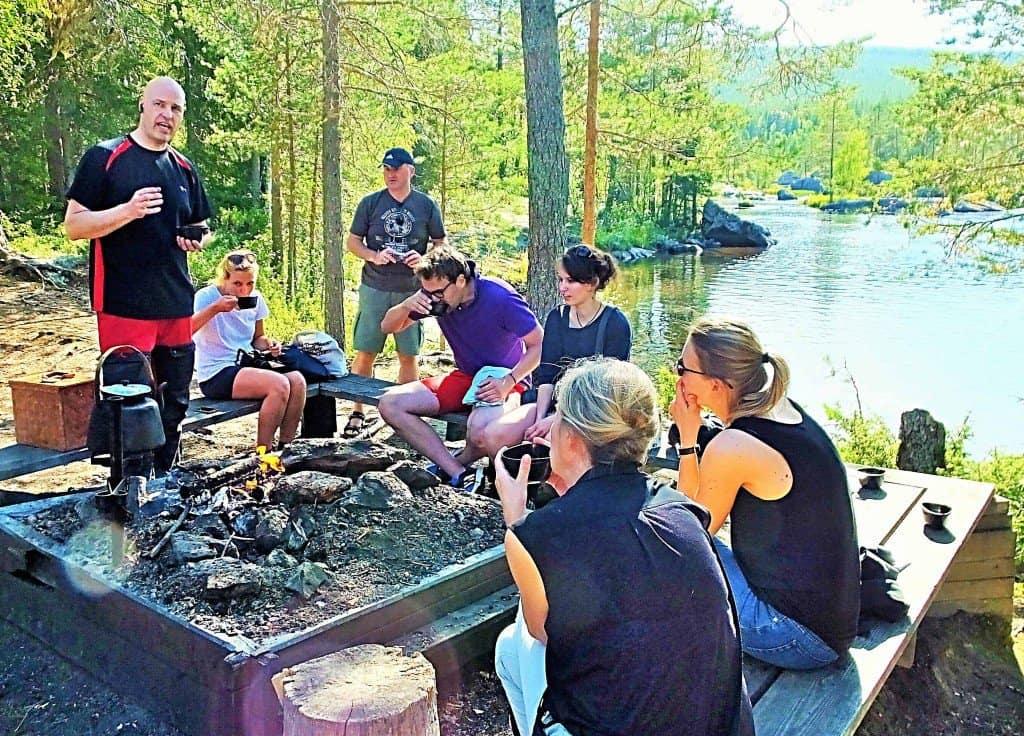 Mit dem gestandenen Naturguide Donald Eriksson (links) bei einer Kaffeepause im Wandergebiet des Flusses Vindelälven