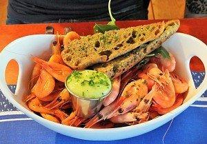 """Fangfrische Krabben und andere Delikatessen bietet das stets volle Schiffsrestaurant """"Sjöbris""""."""