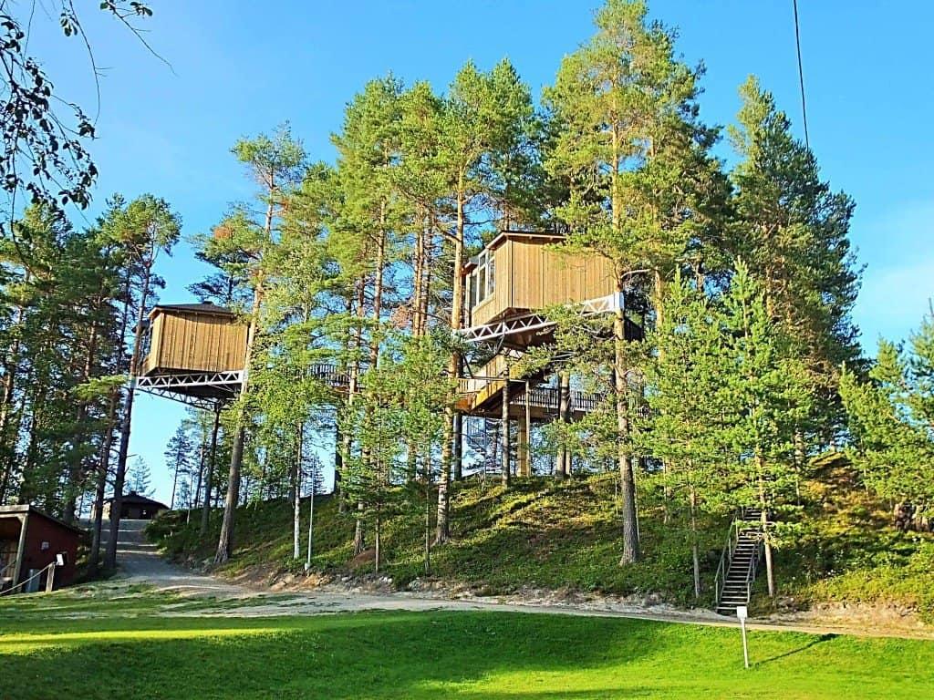 """Blick zum spektakulären Baumhaus-Hotel in der Lodge """"Granö Beckasin"""""""