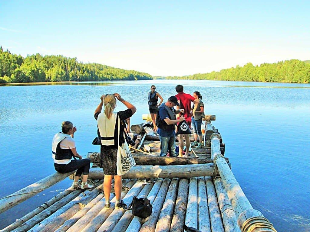"""Am Tage: Floßfahrten auf dem breiten Strom Umeälven - eine der touristischen Attraktionen in """"Granö Beckasin"""""""