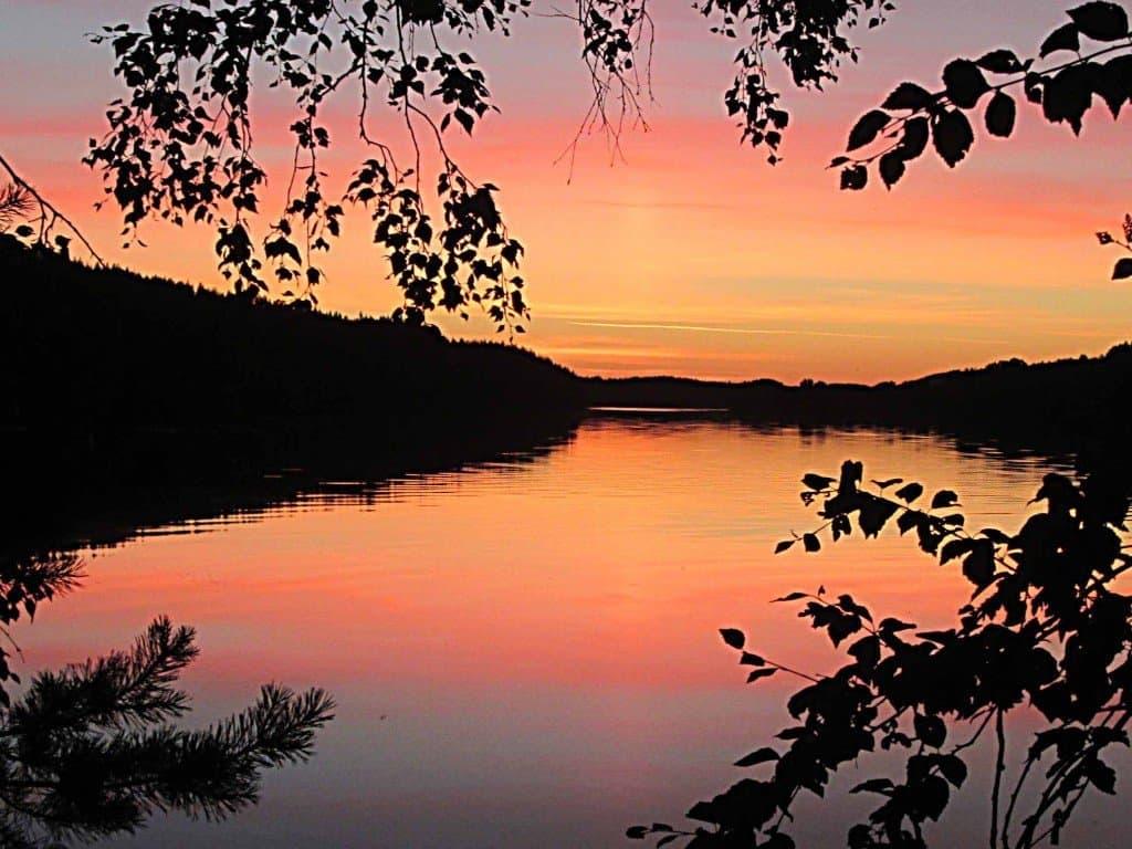 Gleiche Blickrichtung am Abend: Einen solchen traumhaften Sonnenuntergang über dem Umeälven erlebt man hier öfters Fotos: M. Weghenkel