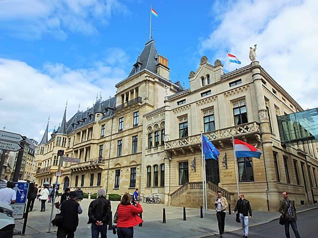 Städtisches Wahrzeichen: Das Großherzogliche Palais mit seiner Barockfassade und der Anbau rechts als Sitz der Abgeordnetenkammer