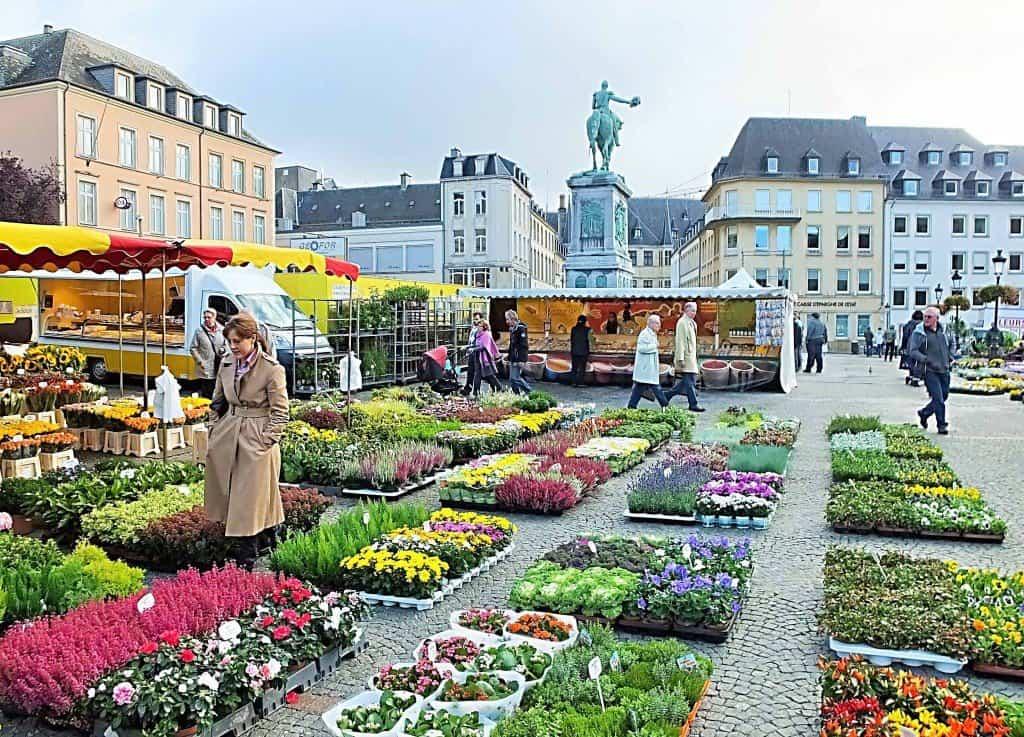 Auf dem repräsentativen Place Guillaume II (Wilhelmsplatz) im Stadtzentrum ist immer etwas los - hier der Wochenmarkt