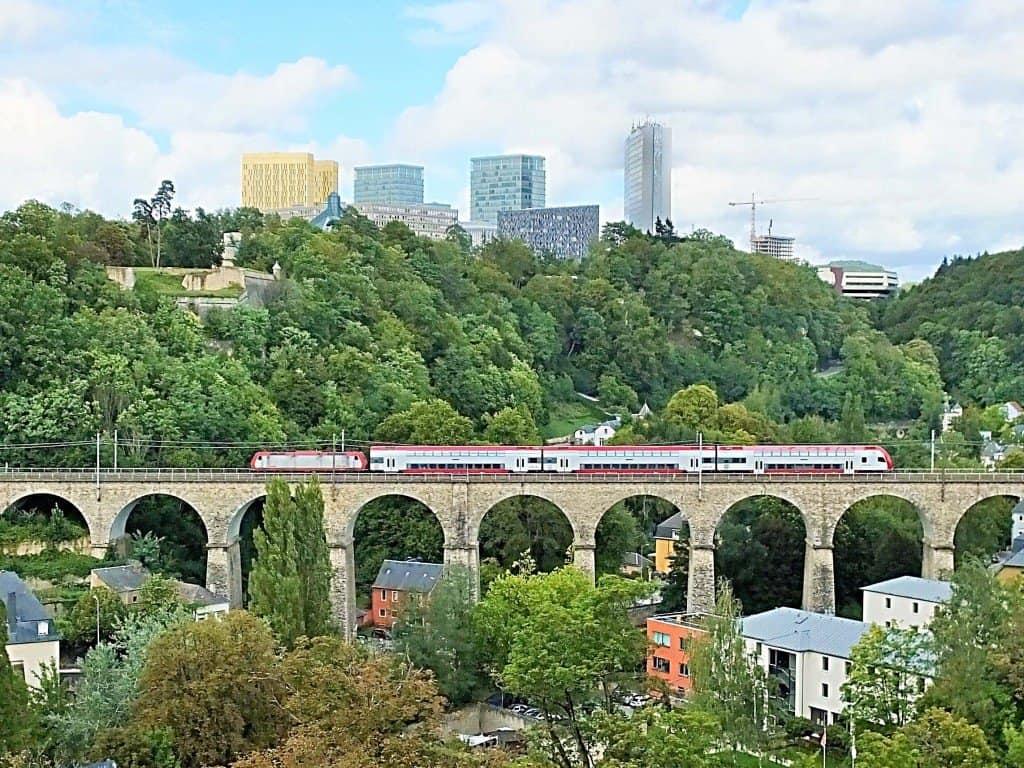 Moderne Skyline des Europaviertels auf dem Kirchberg-Plateau, das sich über dem von einem Viadukt durchzogenen Pfaffenthal erhebt