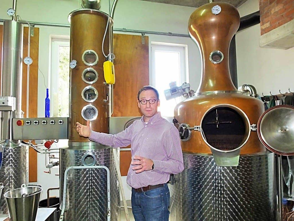 """Juniorchef Christian Zenner von der """"Destillerie artisanale Zenner"""" in Schwebsange erläutert den Besuchern gerne die Arbeitsweise einer Schnapsbrennerei"""