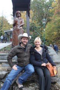 Feengrotten-Chefin Yvonne Wagner und ISCA-Präsident Brad Wuest an der Bergmann-Skulptur im Feengrottenpark Saalfeld