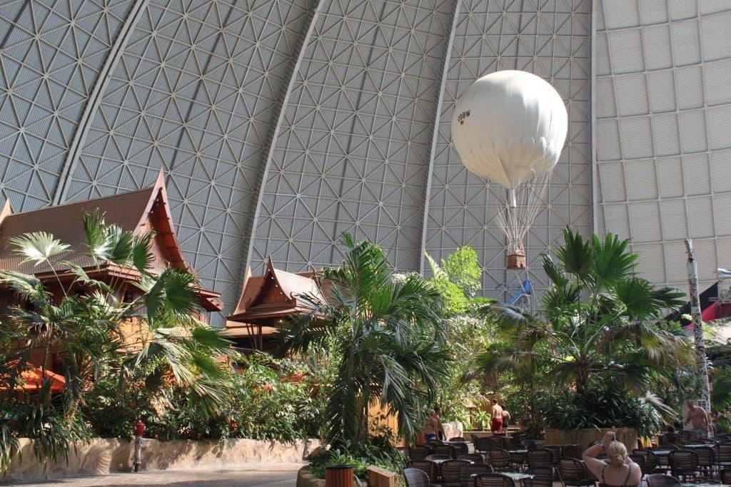 Korbballon über dem Tropendorf