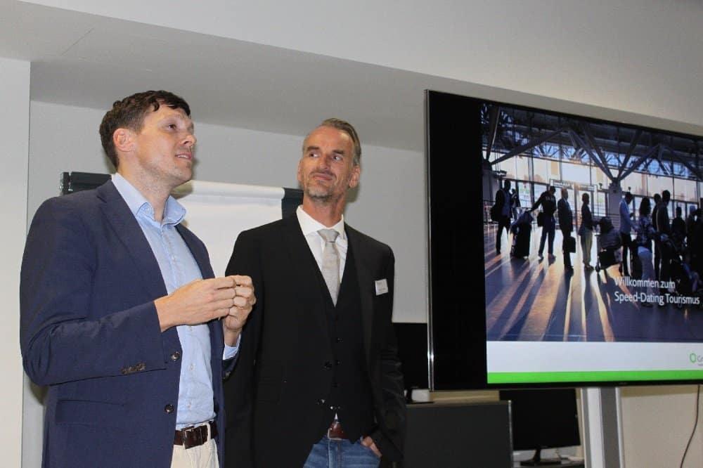 Frank Grafenstein (r.) und Korbinian Frank (EXOZET) begrüßten die Teilnehmer am Speed Dating Tourismus