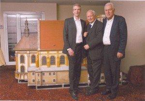 Vor dem Modell des Klosters Neuzelle: Stefan Fritsche (Gf Klosterbrauerei Neuzelle), Hans-Peter Gaul und Wolfgang Grasnick (Gf USE gGmbH) v. l.