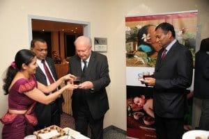 Mit Tee an der Sri Lanka-Teelounge: Botschafter SE Karunatilaka Amunugama und Vorstandssprecher Hans-Peter Gaul