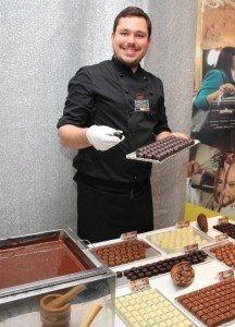 Chocolatier Maxime Pliester am Pralinenstand von Concept Chocolate Brüssel