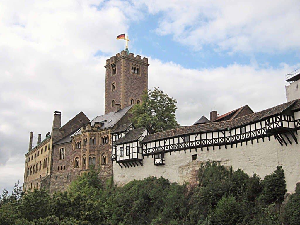 Markantes Wahrzeichen: die als einzige deutsche Burg zum UNESCO-Kulturerbe gehörende rund 950 Jahre alte Wartburg über Eisenach, wo sich Luther von 1521 bis 1522 aufhielt und die Bibel ins Deutsche übersetzte.