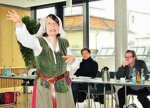 """Die Eisenacher Gästeführerin Ina Conrad bewies kurzweilig, dass sie in Lutherscher Manier """"den Leuten aufs Maul"""" zu schauen versteht."""