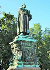 Das Lutherdenkmal am Karlsplatz in Eisenach wurde 1895 zur Ehrung des großen Reformators eingeweiht.