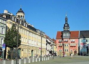 """Der Marktplatz mit Stadtschloss und Rathaus (rechts) - die """"gute Stube"""" von Eisenach."""