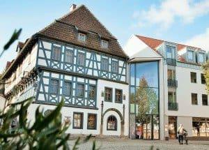 """Das nach aufwendiger Sanierung im Herbst 2015 wiedereröffnete 660 Jahre alte Lutherhaus wird in Eisenach auch die """"Talstation der Wartburg"""" genannt.  Foto: bbsmedien/thamm"""