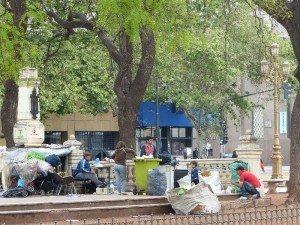 Obdachlose auf der Plaza Moreno