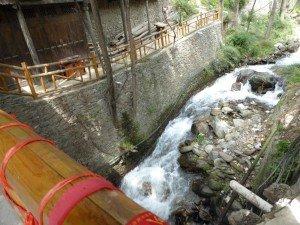 Schmelzwasser auf dem Weg in die unterirdischen Wasserkanäle