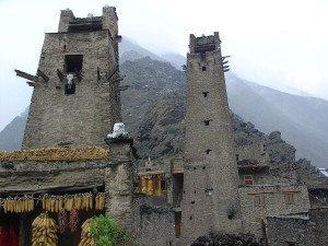 Wehr- und Wohntürme der Qiang-Minderheit im Dorf Taoping in der Provinz Sichuan
