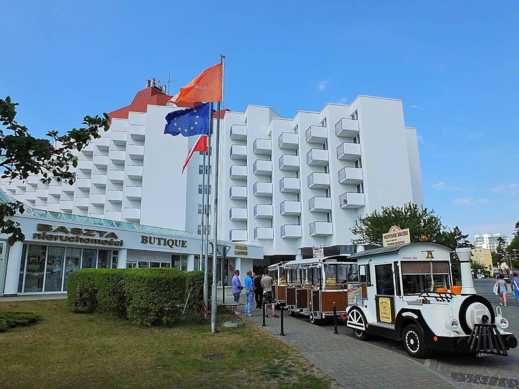 """Das markante Urlaubshotel liegt direkt an der Promenade, wo auch die beliebte """"Bimmelbahn"""" entlangfährt."""
