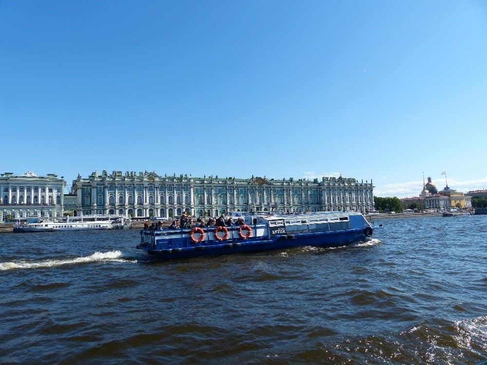 Touristenboot auf der Newa