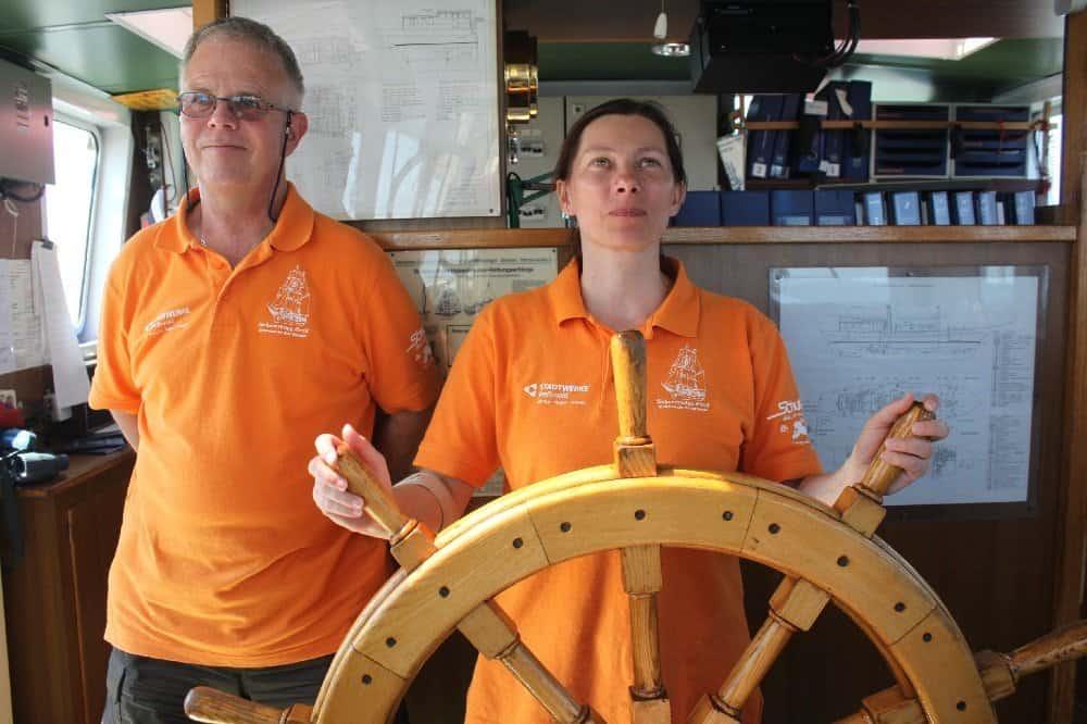 Kapitän Roland Hunscha mit Anne Lehmann (Hand für Koje) am Steuer