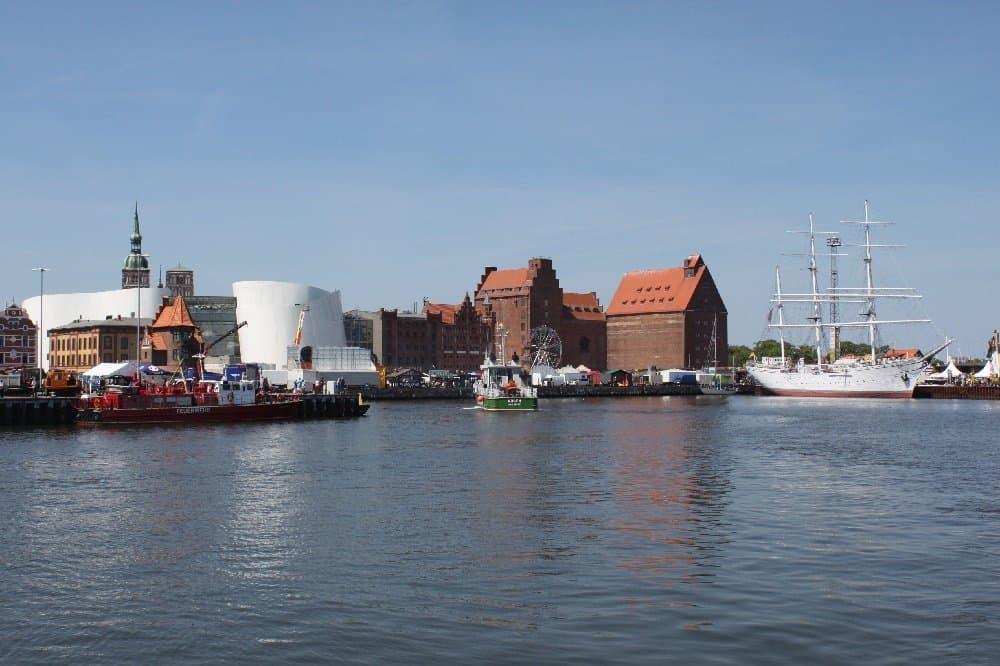 Stralsund-Panorama mit Ozeaneum und Gorch Fock I