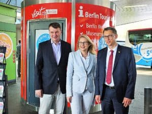 Präsentierten die neue Tourist Info am ZOB: Wirtschaftssenatorin Cornelia Yzer, visitBerlin-Chef Burkhard Kieker (l.) und Andreas Horn, IOB-Geschäftsführer