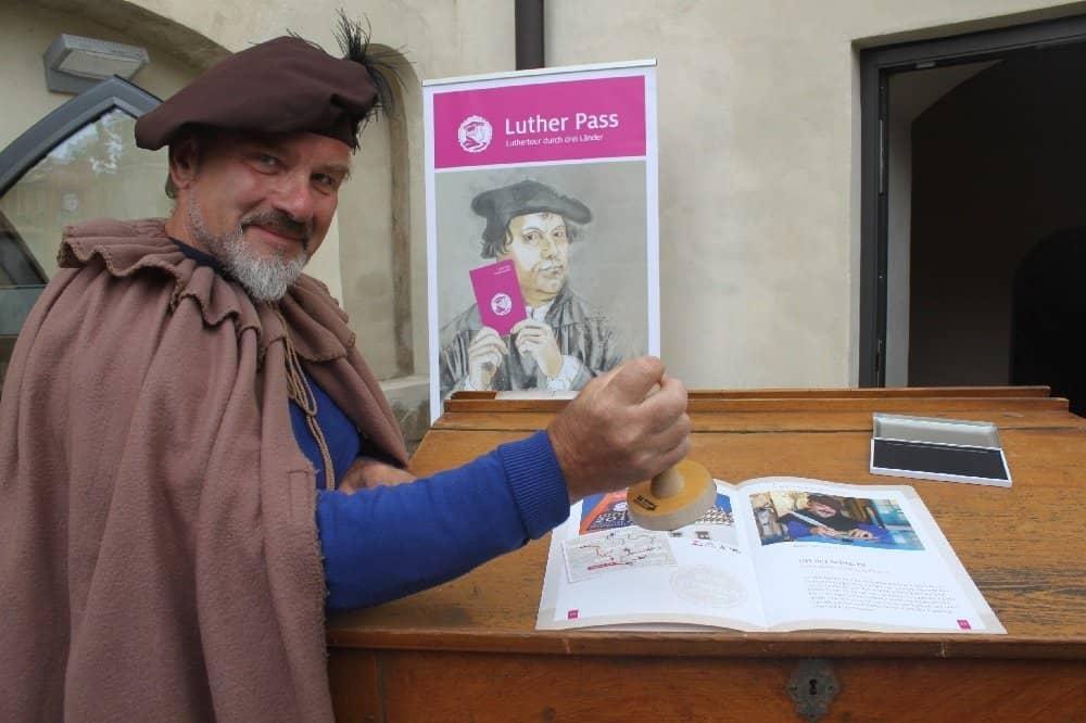 Mönch mit Luther Pass-Stempel in Mühlberg