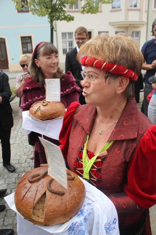 Stadtführerin mit dem Mühlberger Traditionsbrot