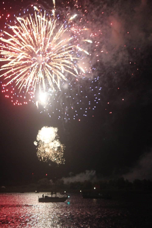 Traditionelles HanseSail-Feuerwerk im Stadthafen