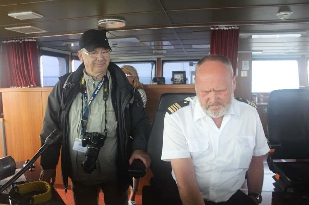 Kapitän Peter Werth (r.) mit HanseSail-Pressechef Klaus-Dieter Block auf der Brücke der ESCHWEGE