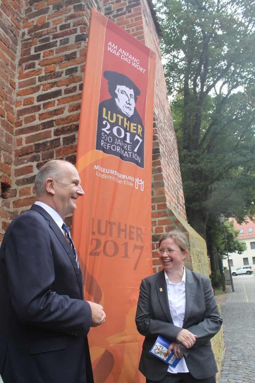 Pfarrerin Anika-Scheinemann-Kohler mit Ministerpräsident Dietmar Woidke vor der St. Marienkirche Herzberg