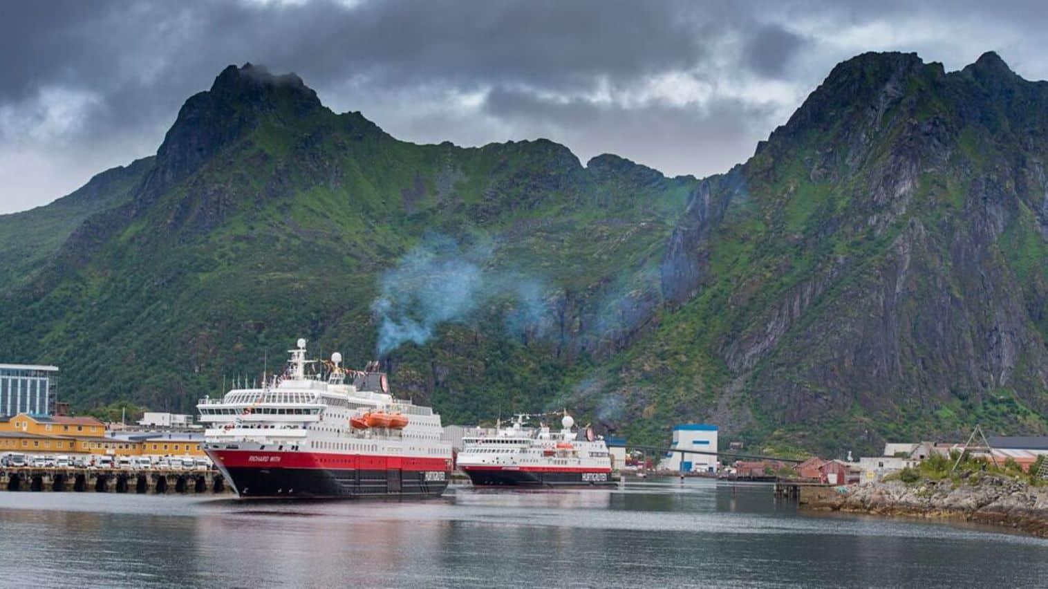 MS Richard With und Hurtigruten-Neuzugang MS Spitsbergen im Hafen von Svolvaer/Lofoten
