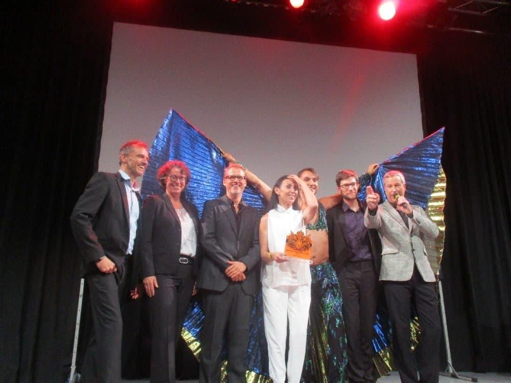 Nach der Verleihung des Ehrenpreises im Chamäleon Theater: Guido Herrmann, Dr. Beatrice Kramm, Falk Richter, Shermin Langhoff, Cihangir Gümüstürkmen, Max Mausen und Thomas Hermanns (v. l.)