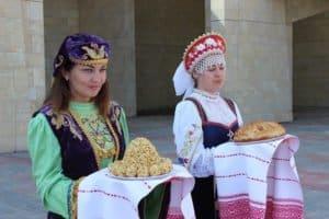Gäste werden gleich doppelt freundlich empfangen: russisch mit Brot und Salz, tatarisch mit Tschak-Tschak, einer leckeren Süßspeise