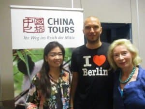 "Anlässlich des Vortrags ""Reise des Lebens von Gnoien nach Peking"" im Crowne Plaza Berlin (v. l. n. r.) LI Yang, Büroleitung China Tours Berlin, Thomas Schröder, Margrit Manz"
