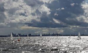Segeln vor der Stadtsilhouette von Tallinn