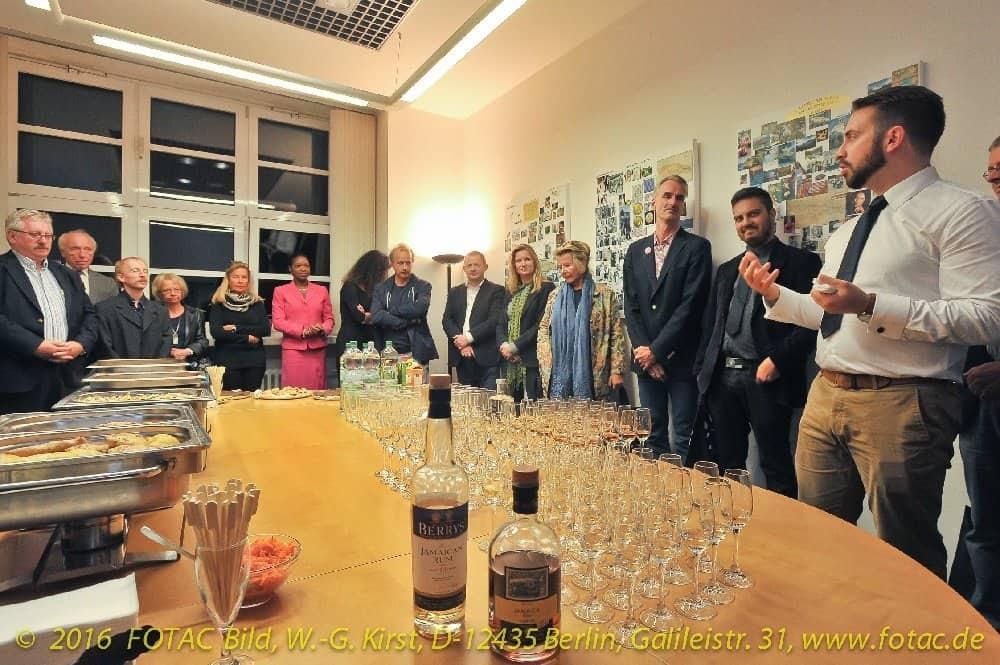 Das Rum-Tasting mit Benoit Bail (The Rum Embassy) machte auch mit traditionellen Spezialitäten der jamaicanischen Küche bekannt. Foto: Wolf-Georg Kirst (fotac)