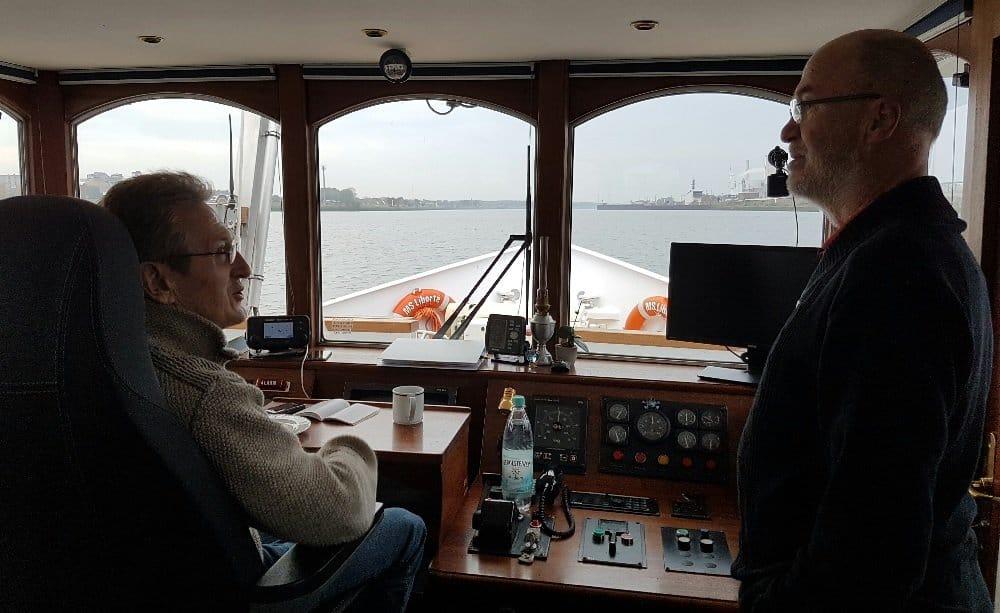 Brückengespräch auf der Weser zwischen Kapitän und LIBERTÉ-Eigner Johann Magner (li.) und Passagier Rainer Grotthaus