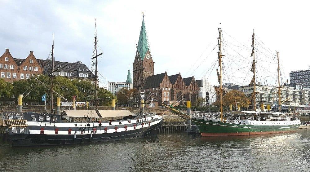 In Bremen wird die Bark ALEXANDER VON HUMBOLDT passiert