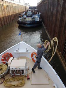 Junior-Kapitän Thomas Magner wirft in einer Schleuse schwungvoll die Festmacherleine