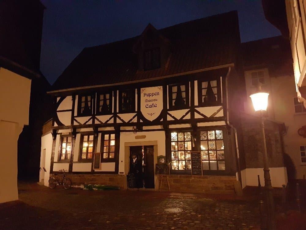 Café mit Puppenmuseum in der malerischen Altstadt von Minden