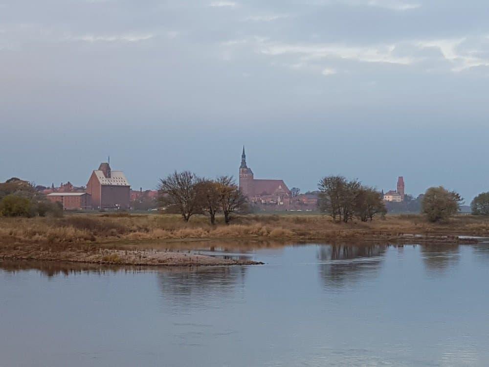 Heimathafen Tangermünde an der Elbe voraus