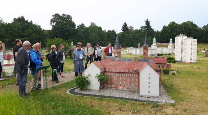Der Hauptmann von Köpenick Dieter Reetz führte CTOURisten und Gäste zum Jubiläum durch den imposanten ModellPark