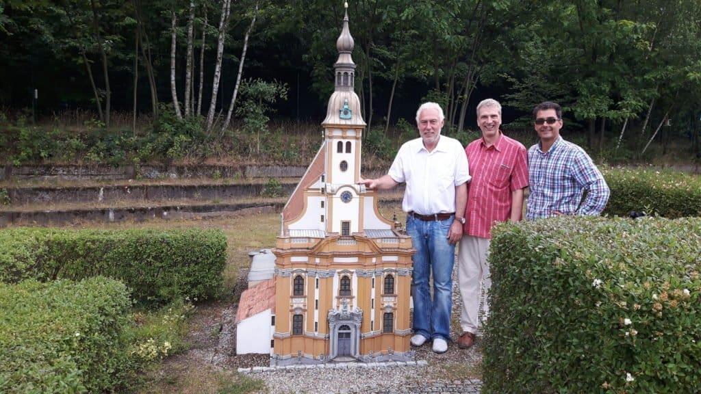 Am Modell der Klosterkirche Neuzelle: Stefan Fritsche (M.) von der Klosterbrauerei Neuzelle mit USE-Chef Wolfgang Grasnick (l.) und dem Leiter des ModellParks Marcus Sydow.